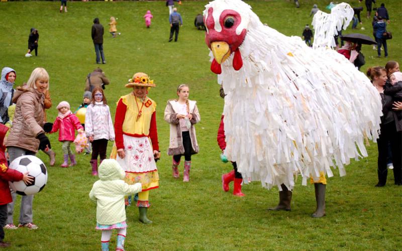 Plucky-the-chicken-Summer-Fest-1000-625