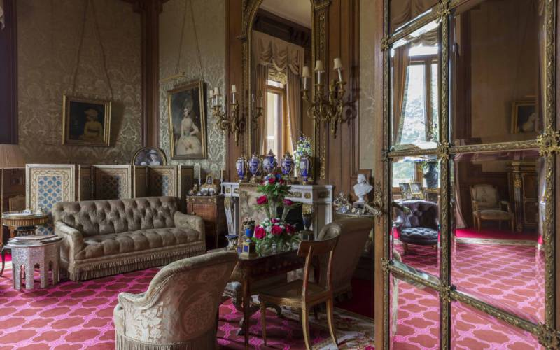 Baron's Room with 18th-century beauties on the walls