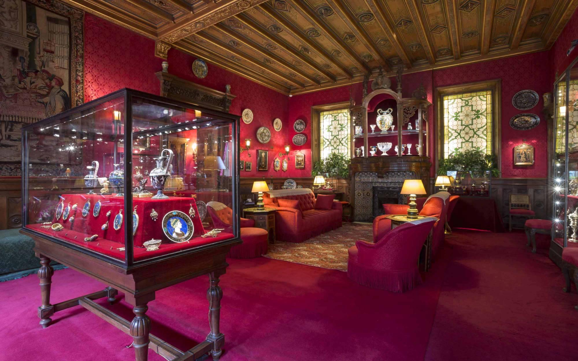Smoking Room containing Ferdinand'd museum-style Renaissance diisplays