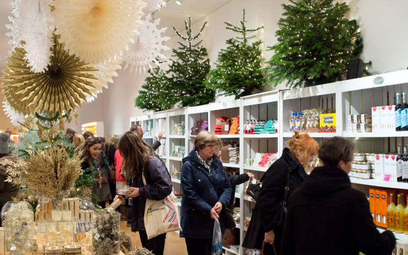 visitors-christmas-shop-3000-1875-pelling