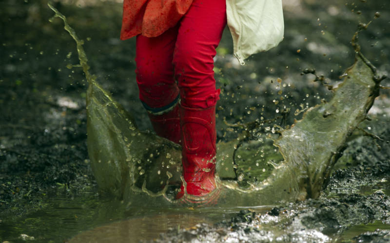 girl-in-red-wellies-raining-ntimages-3000-1875