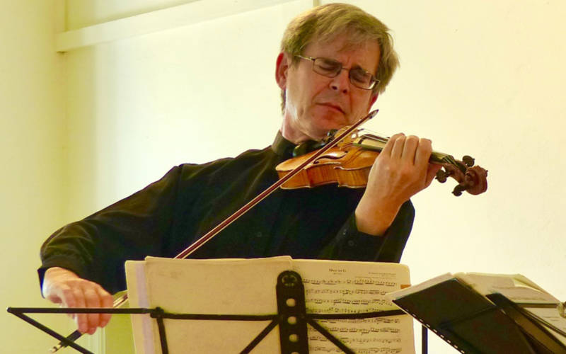 paul barritt from tring chamber music playing violin