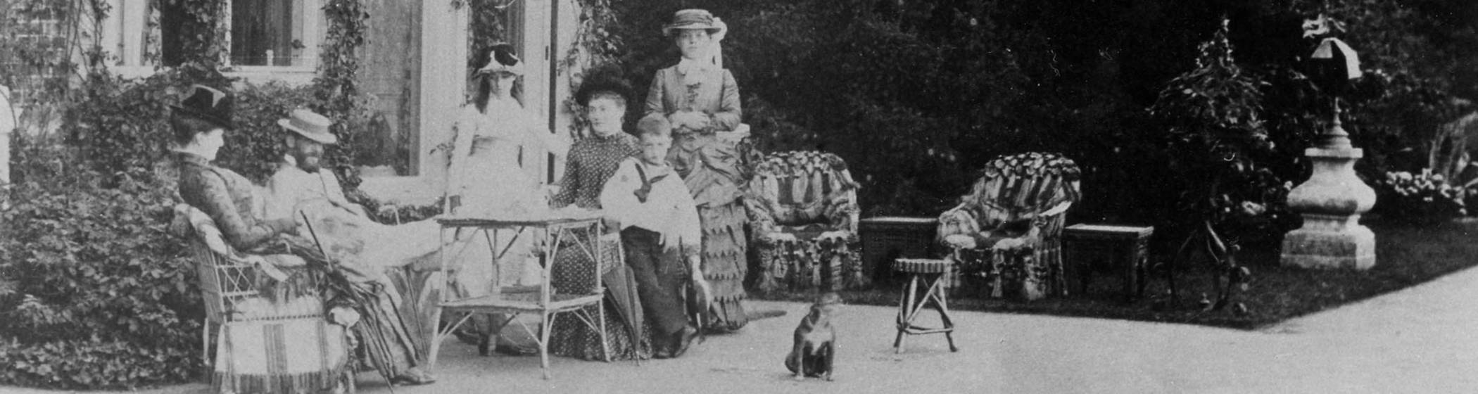 Baron Ferdinand and Alice on the terrace at Eythrope
