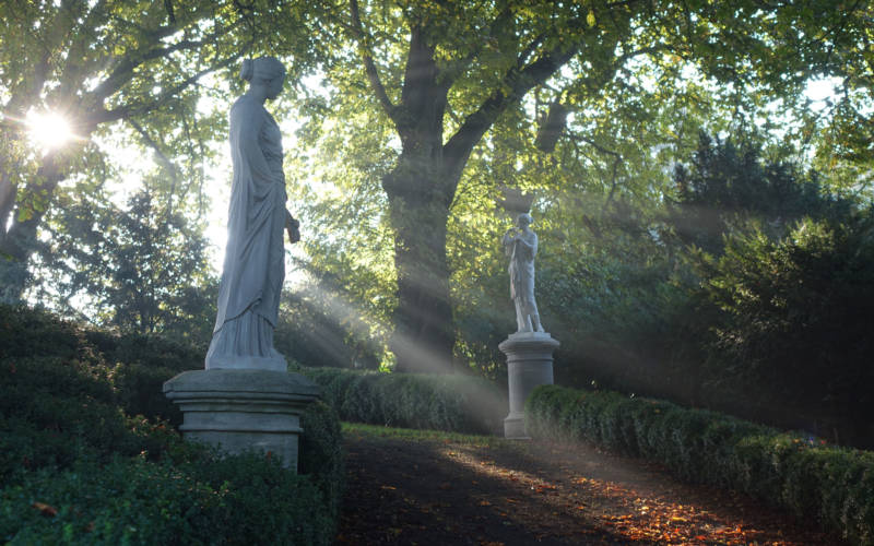 autumn-statues-light-3000-1875