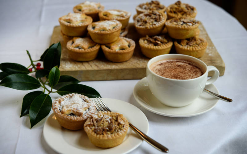 groups-coffee-mince-pies-pascale-cumberbatch-3000-1875