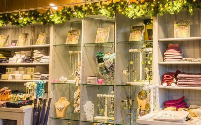 christmas-manor-shop-1000-625